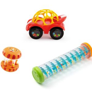 Louer une petite malle à jouets : voiture, baton de pluie et hochet