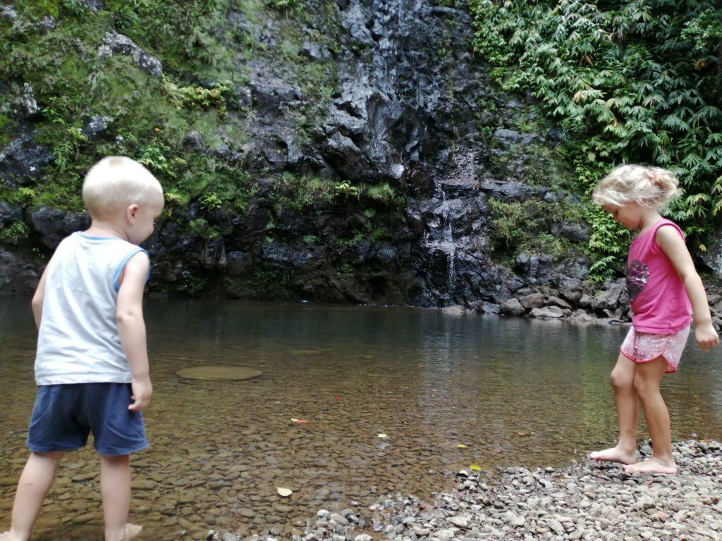 Les enfants s'amusent à la cascade maniquet