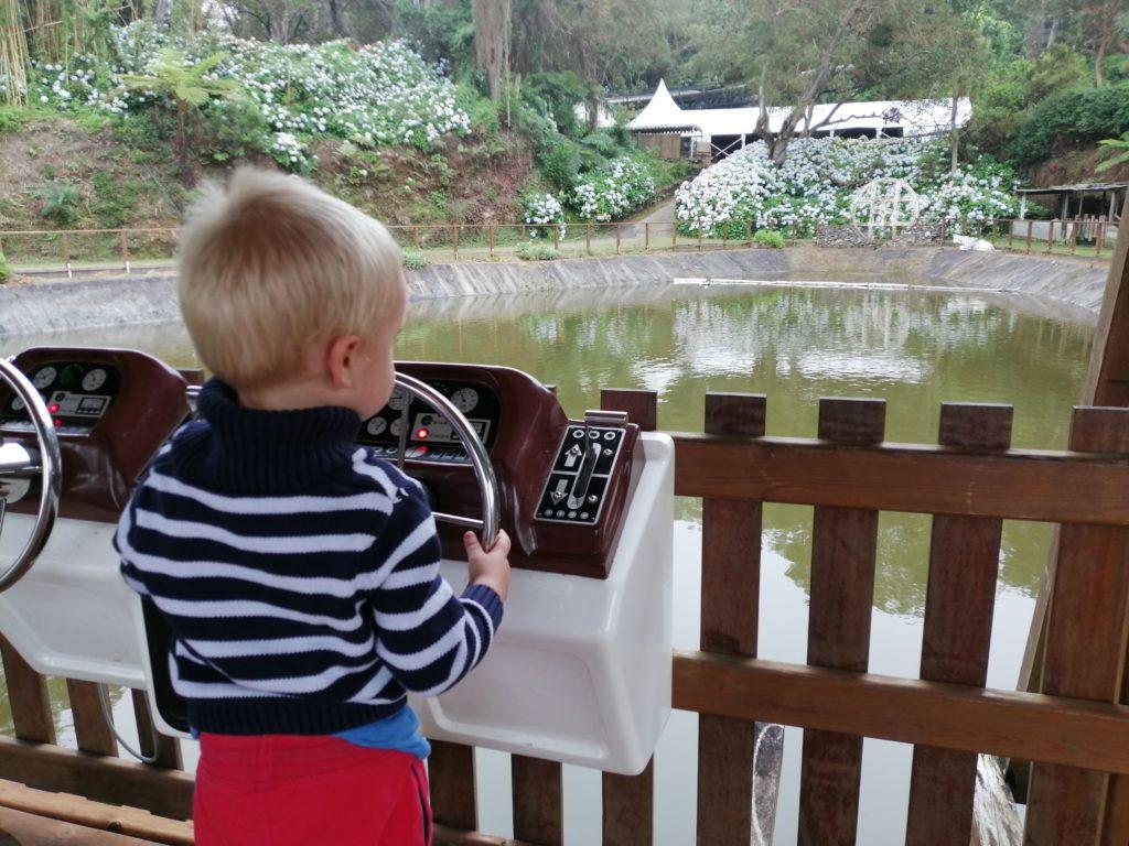 Lilo au commande du bateau téléguidé au parc du Maido