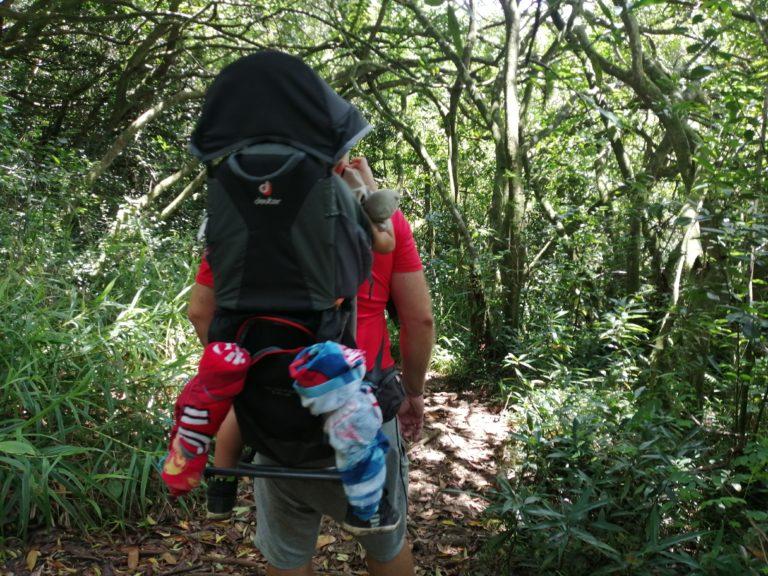 Lilo dans le porte bébé randonnée au Bassin Nicole